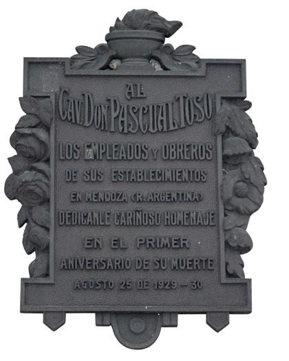 La lapide che gli anziani dipendenti dello stabilimento di vitivinicolo fondato da Toso in Argentina posero nel cimitero di Canale, all'indomani della morte del loro vecchio datore e compagno di lavoro.