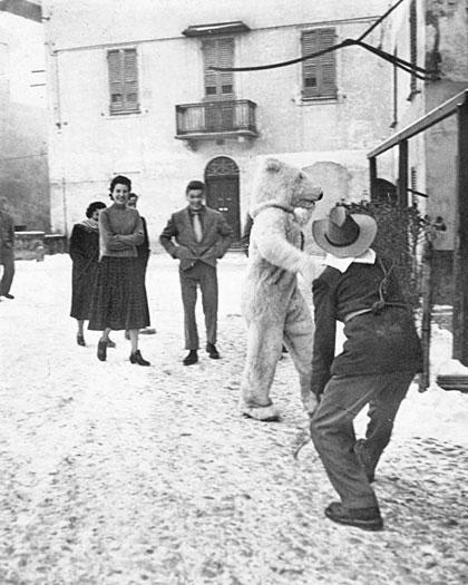 """Scene da un carnevale spontaneo con """"l'orso"""" di fine anni Cinquanta."""