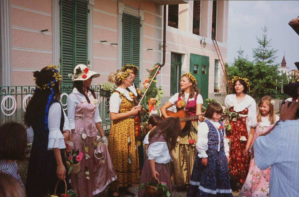 """La questua primaverile del Cantè magg nella riproposta delle ragazze del gruppo """"Canalensis Brando"""" a Montaldo Roero il 1 Maggio 2007."""