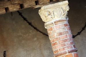 Stemma dei Roero sul capitello posto nel cortile interno del Castello di Monteu Roero  (Foto tratta da www.castellodimonteu.it)