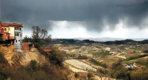 Monteu Roero si prepara per il temporale. Foto di Carlo Avataneo.