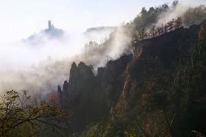 Le rocche di Montaldo Roero con la torre medievale tra le brume. Foto di Carlo Avataneo.