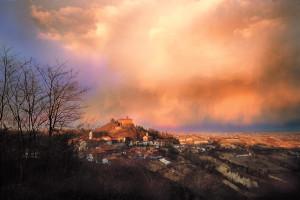 La rocca e il castello di Monteu Roero. Foto di Carlo Avataneo.