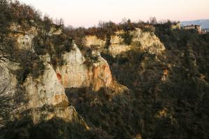 Le Rocche di Pocapaglia, con il castello in lontananza. Foto di Carlo Avataneo.