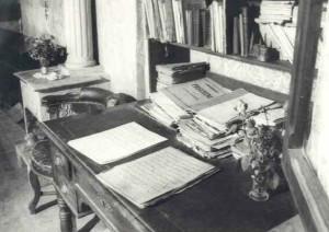 """La scrivania sulla quale """"Carlin"""" leggeva e metteva a punto le partiture per i suoi insegnamenti di canto."""