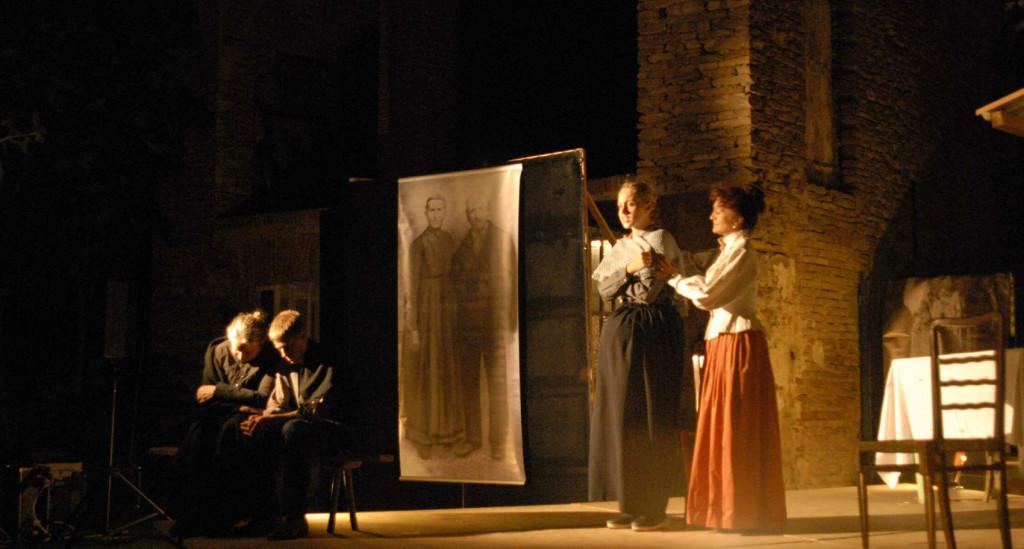 """La Compagnia """"Il Nostro Teatro di Sinio"""" ha portato in scena con successo un adattamento teatrale del romanzo di Andrea Monchiero, superando brillantemente le difficoltà di resa linguistica del dialetto e delle espressioni popolari tipiche del Roero."""
